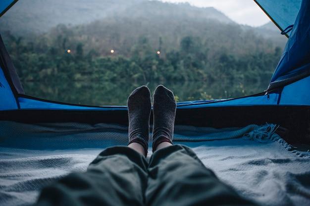 Vrouw slapen in een tent met een geweldig uitzicht