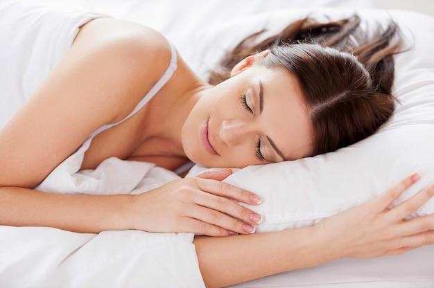 Vrouw slapen. mooie jonge vrouw slapen terwijl ze in bed ligt