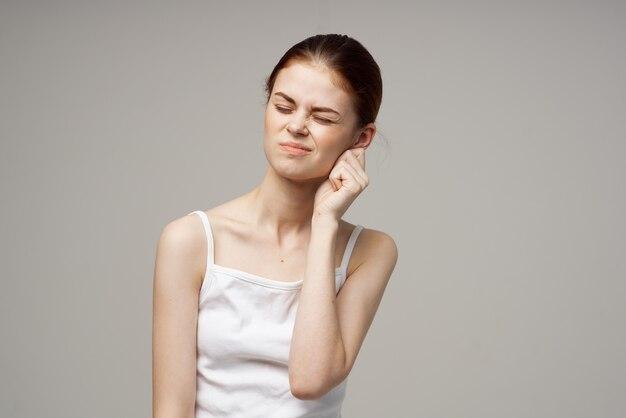 Vrouw slechte gehoorstoornissen in witte t-shirts geïsoleerde achtergrond