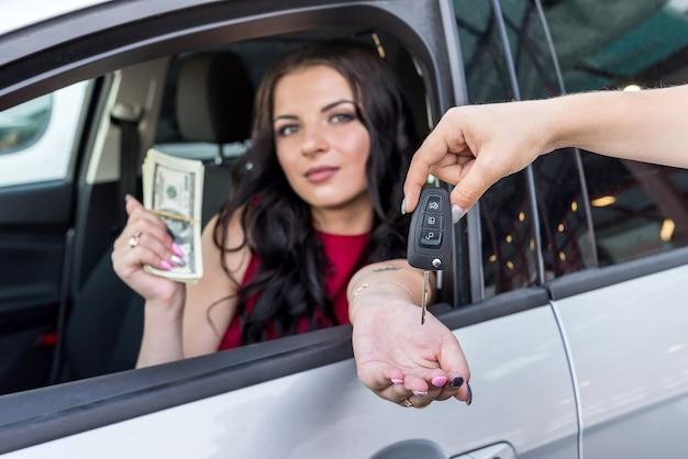 Vrouw sleutels ontvangen van een nieuwe auto