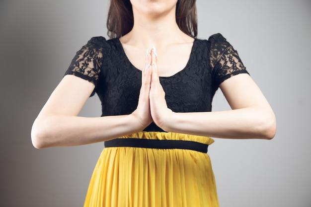 Vrouw sloot zich aan bij de handpalmen in jurk