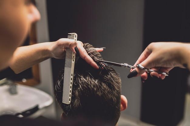 Vrouw snij haarsnit klant