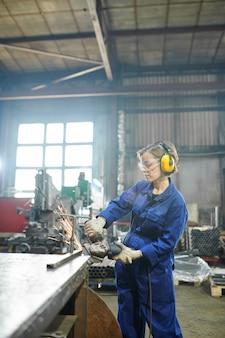 Vrouw snijden metaal