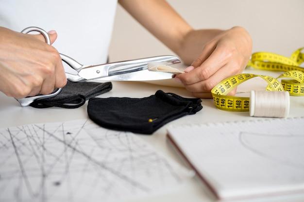 Vrouw snijden textiel om ontwerp te naaien
