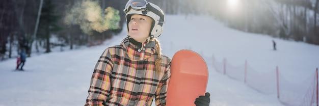 Vrouw snowboarder op een zonnige winterdag in een skiresort
