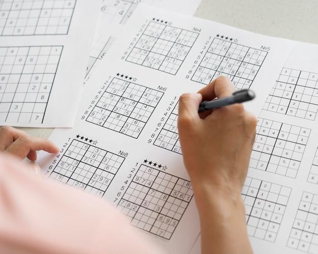 Vrouw speelt alleen een sudoku-spel