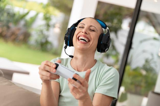 Vrouw speelt een videogame met haar console
