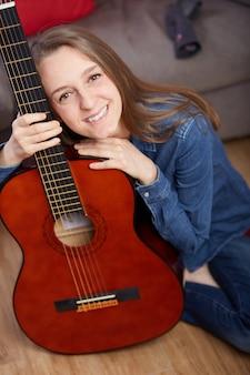 Vrouw speelt gitaar thuis