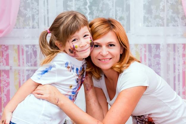 Vrouw speelt met haar dochter.
