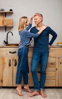 Vrouw speelt met het haar van haar man