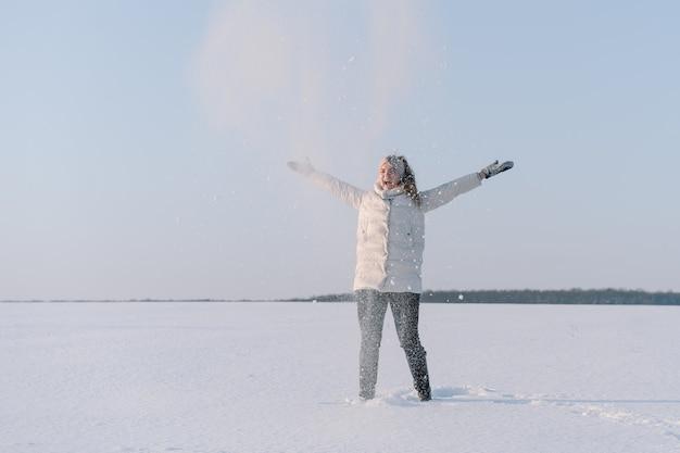 Vrouw speelt met sneeuw