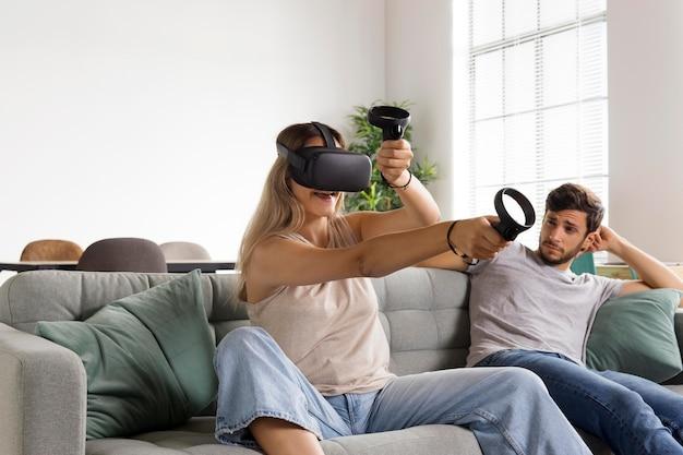 Vrouw speelt met vr-bril medium shot