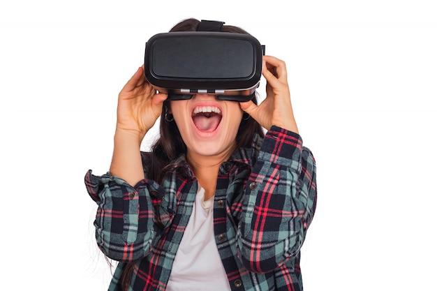 Vrouw speelt met vr-headset bril.