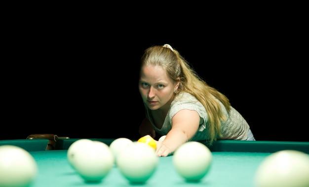Vrouw speelt russische biljart