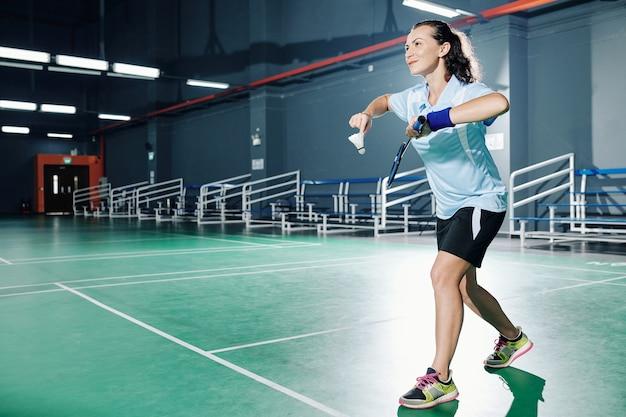 Vrouw spelen badminton