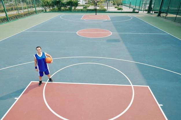 Vrouw spelen basketbal alleen