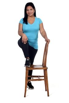 Vrouw spelen met een stoel op witte achtergrond