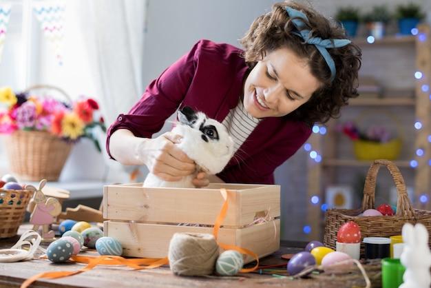 Vrouw spelen met paashaas