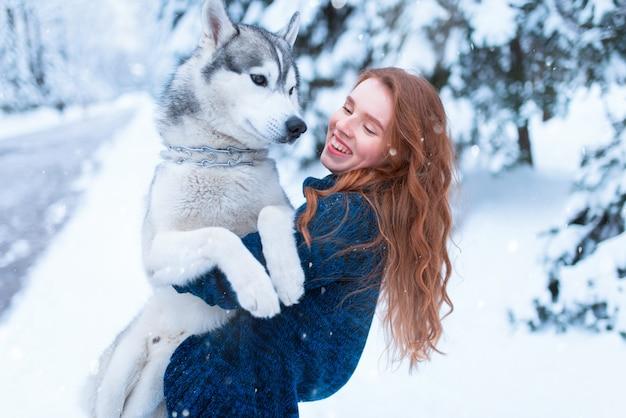 Vrouw spelen met siberische husky