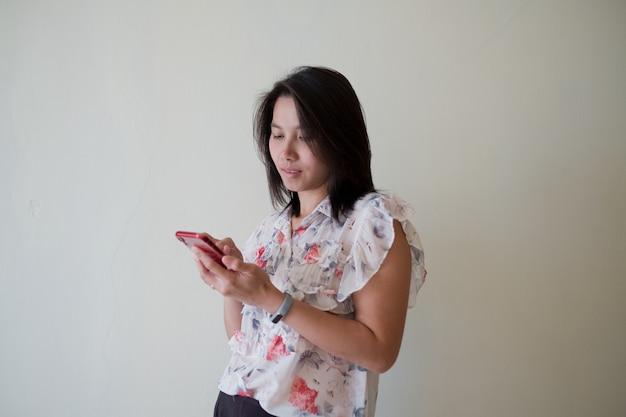 Vrouw spelen smartphone, typen telefoon en verzenden bericht, bedrijfsconcept en online winkelen