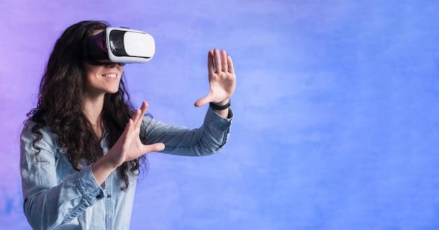 Vrouw spelen van games op vr set en kopieer de ruimte kamer