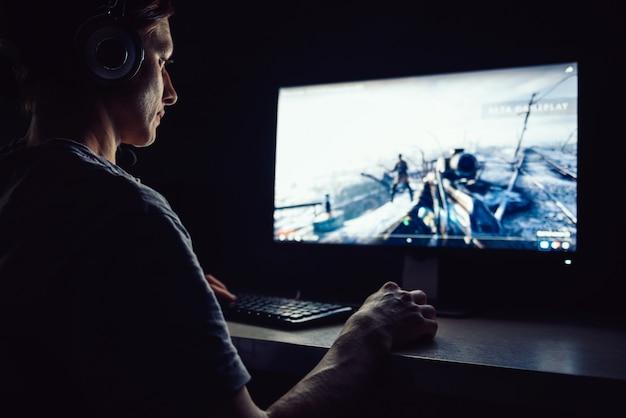 Vrouw spelen van videogames