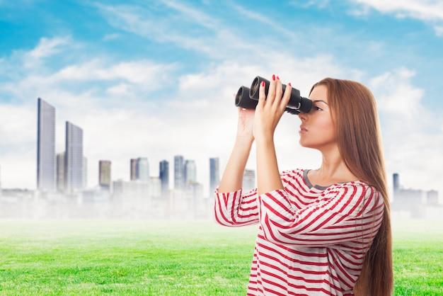 Vrouw spionage door een verrekijker