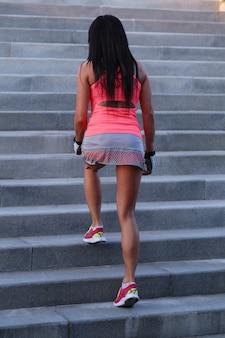 Vrouw sport buiten doet
