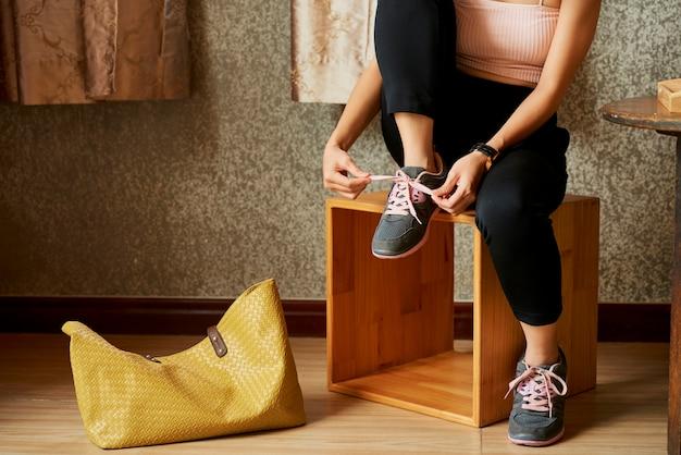 Vrouw sportschoenen te zetten