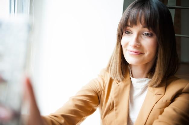 Vrouw spreekt via videoconferentie op haar smartphone