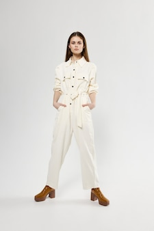 Vrouw spreidde haar benen en witte jumpsuits mode kledingstijl.