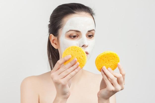 Vrouw staand in gezichtsmasker