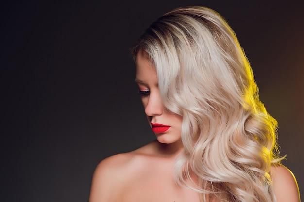 Vrouw staand met perfect haar en make-up