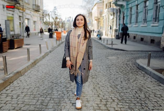 Vrouw staand wandelen in de straat