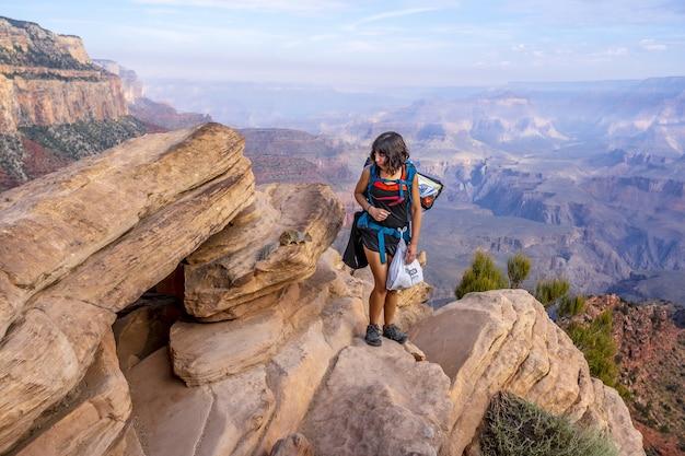 Vrouw staande op het grand canyon national park in de vs