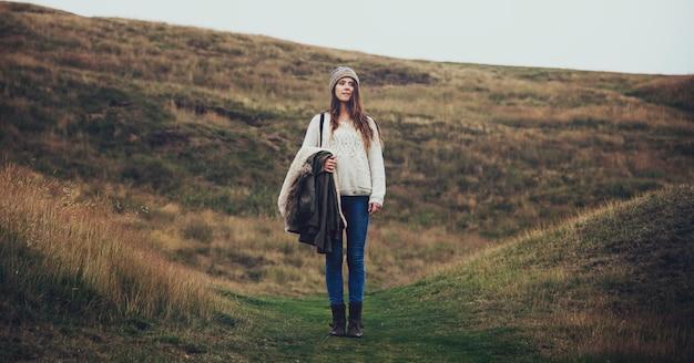 Vrouw staat alleen op de heuvels