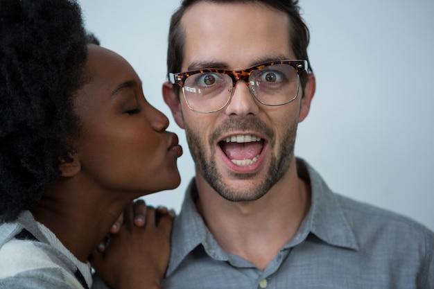 Vrouw staat op het punt de man te kussen