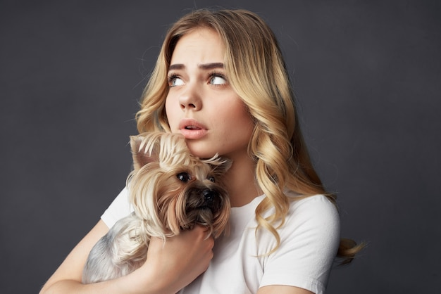 Vrouw stamboom hond mode levensstijl geïsoleerde achtergrond