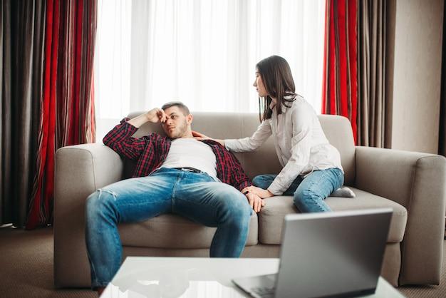 Vrouw stelt haar man gerust na familieruzie. man en vrouw in misbruik, paar in conflict