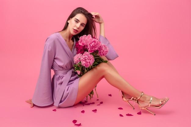 Vrouw stijl op roze achtergrond