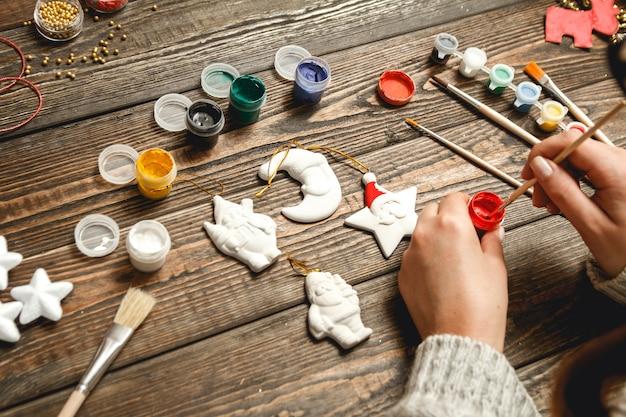 Vrouw stijlvolle kerstcadeaus maken
