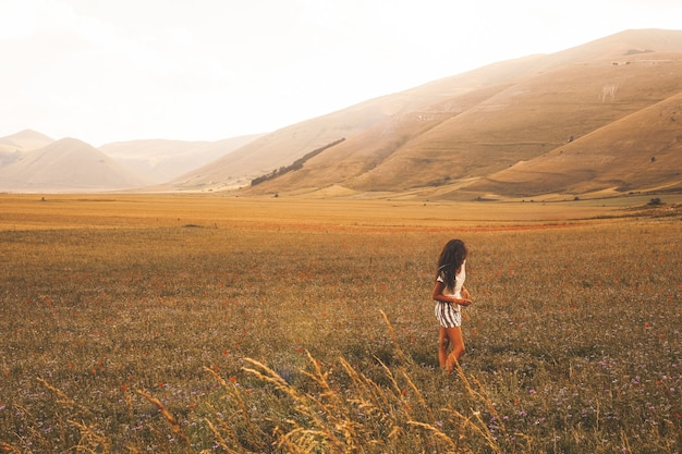 Vrouw stond op bruin grasveld