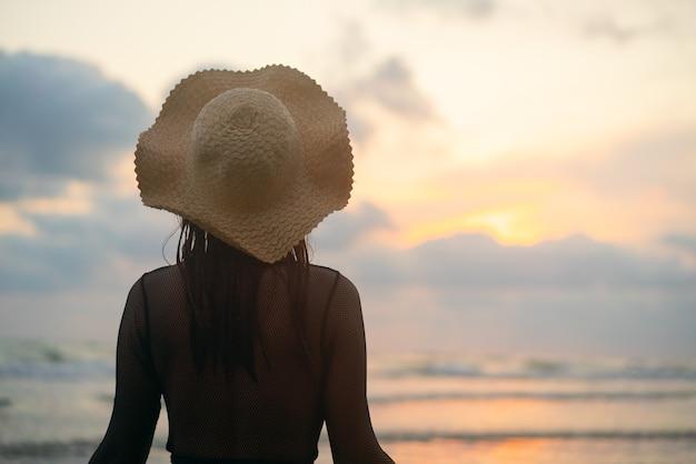 Vrouw stond op en keek naar de verdwenen zon.