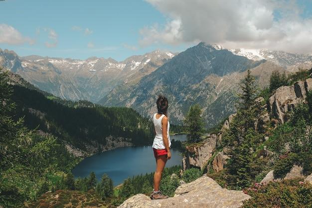 Vrouw stond op rots bovenop berg