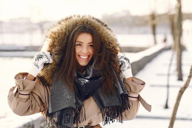 Vrouw stond op straat in besneeuwde dag