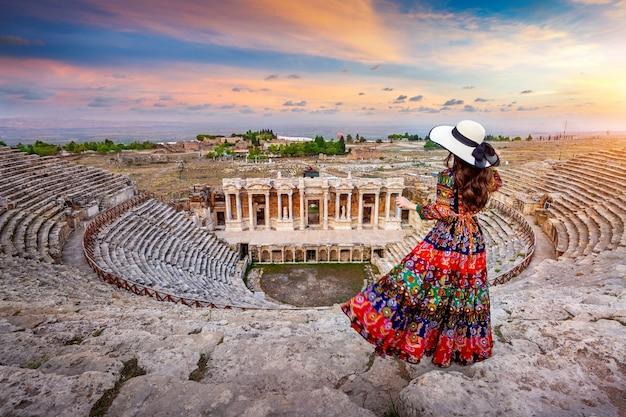 Vrouw stond op theater van hierapolis oude stad in pamukkale, turkije.