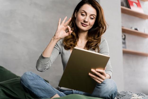 Vrouw streaming met tablet