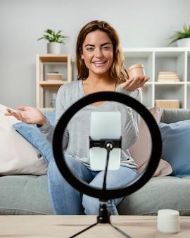 Vrouw streaming schoonheidsverzorging routine