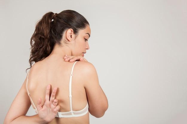 Vrouw strekt haar rug uit