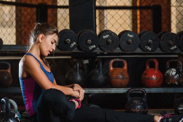 Vrouw strekt zich uit op sportschool